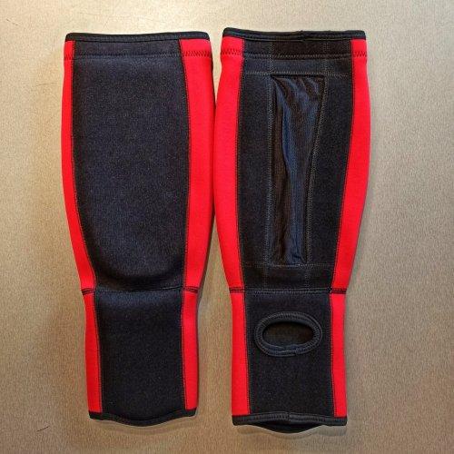 Lábfejes lábszárvédő, Saman, elasztikus, szivacs betéttel, fekete-piros