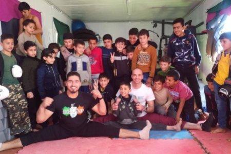 Visszatér a menekülttáborba a magyar kick-box legenda